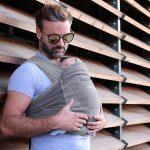 padre porteando a su bebe